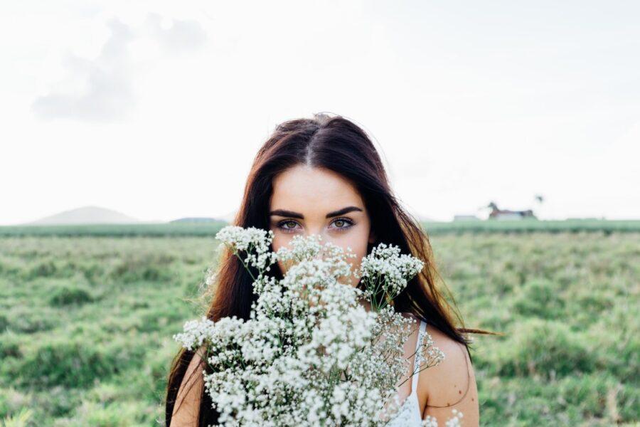 девушка в цветах в поле