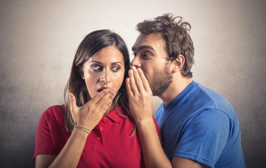 парень шепчет девушке на ухо