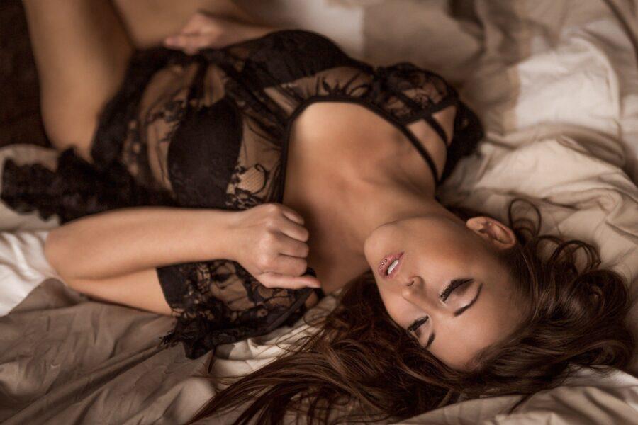 Сексуальная фотосессия на кровати