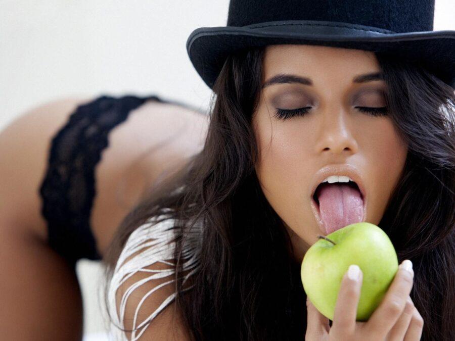 девушка с языком