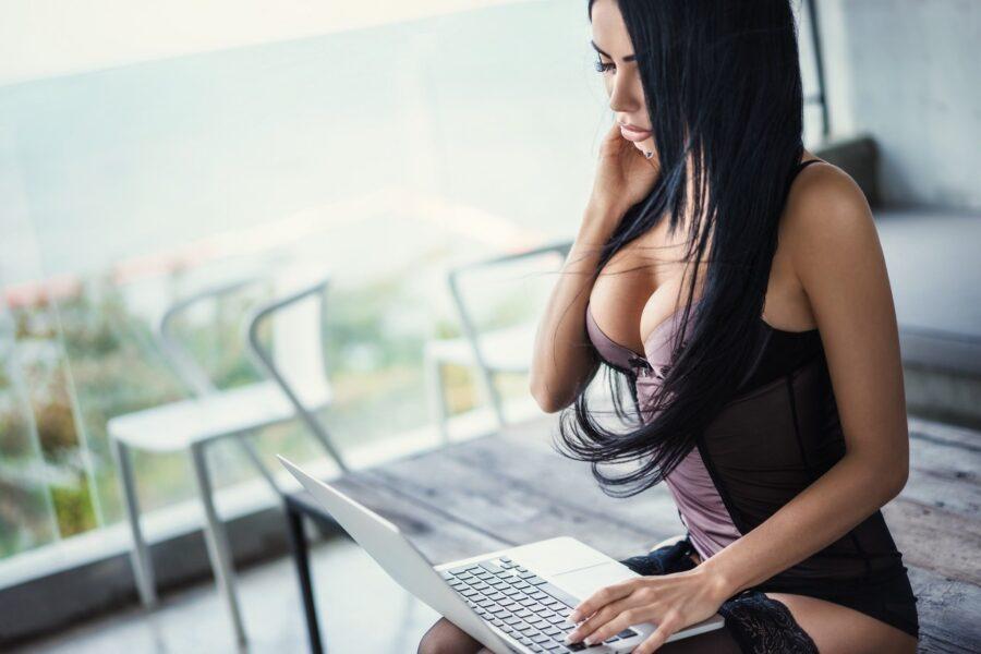 секси девушка с компом