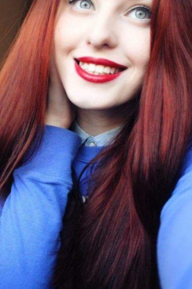 Девушка с красными волосами