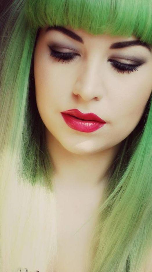 Девушка с зелеными волосами