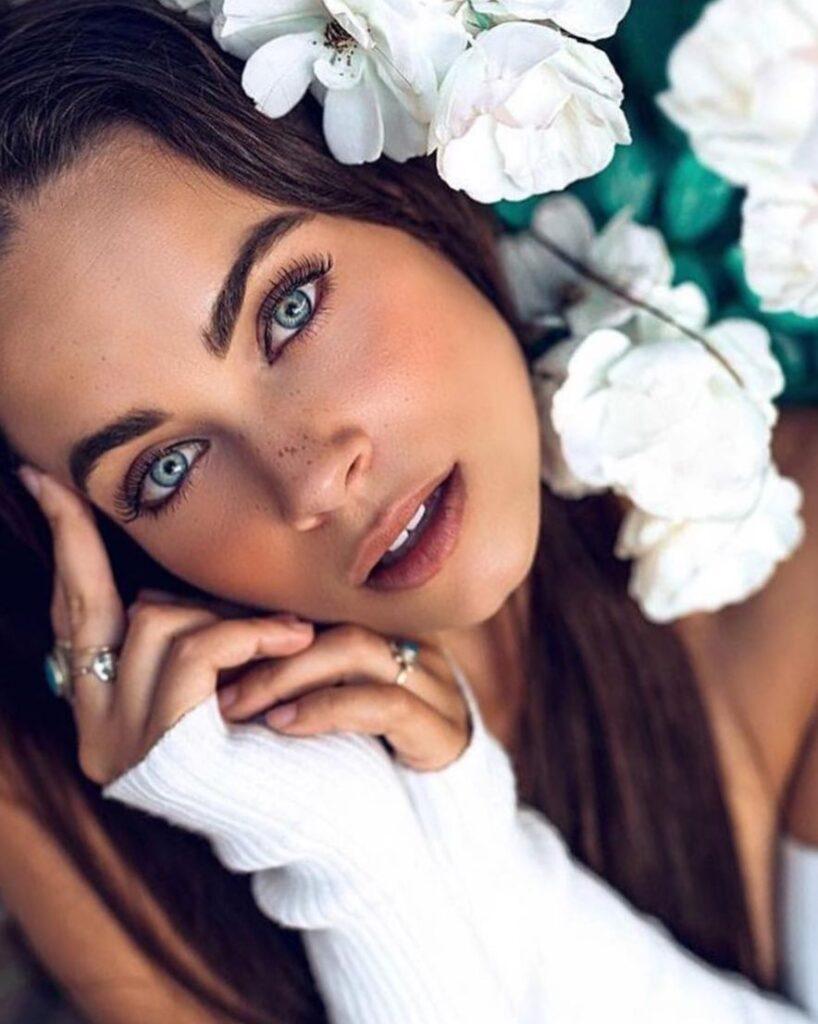 Брюнетка с голубыми глазами