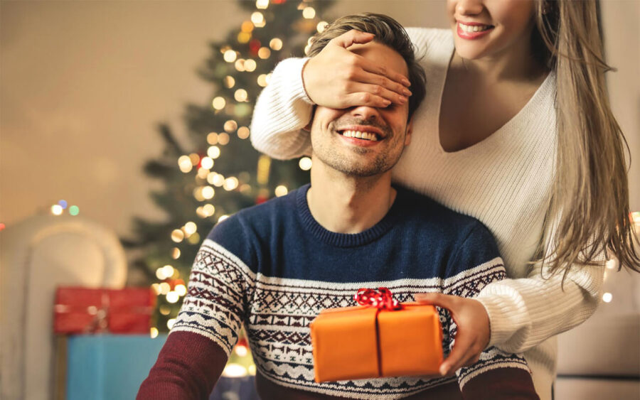 девушка поздравляет мужчину