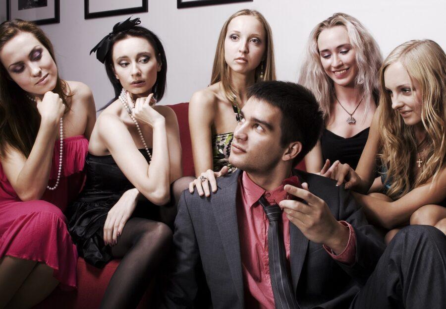 популярный парень среди девушек