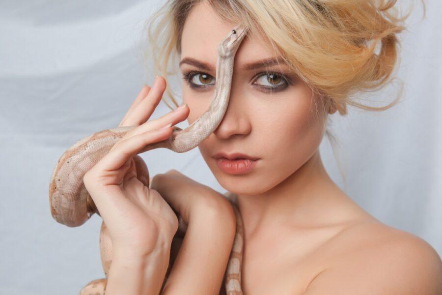 девушка со змеей