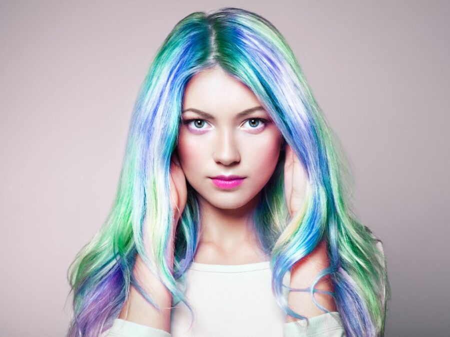 девушка с цветными волосами