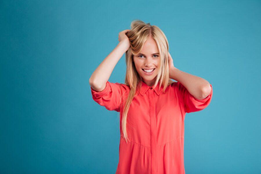 блондинка на синем фоне