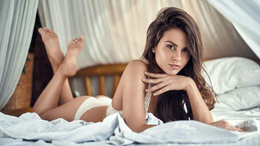 красивая брюнетка в постели