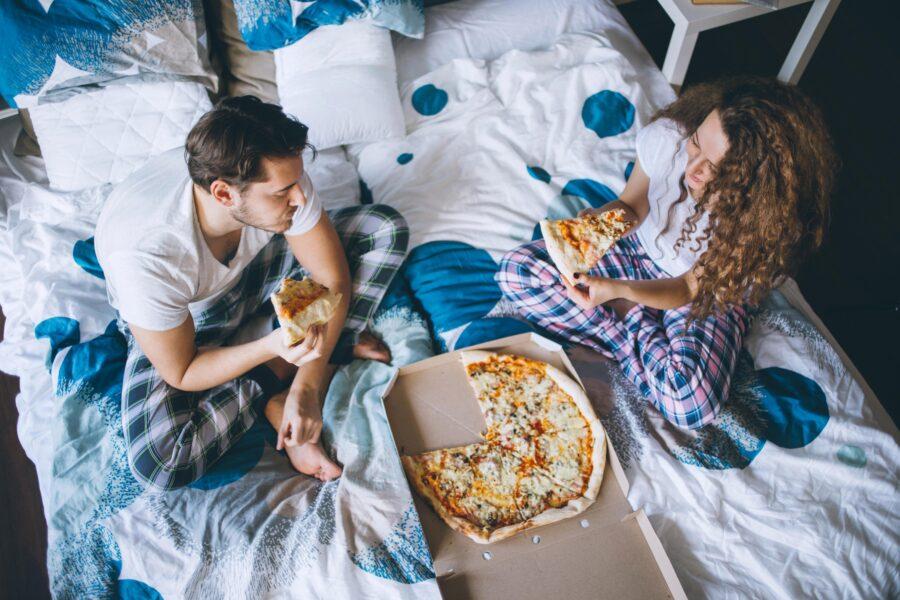 пара вечером с пиццей