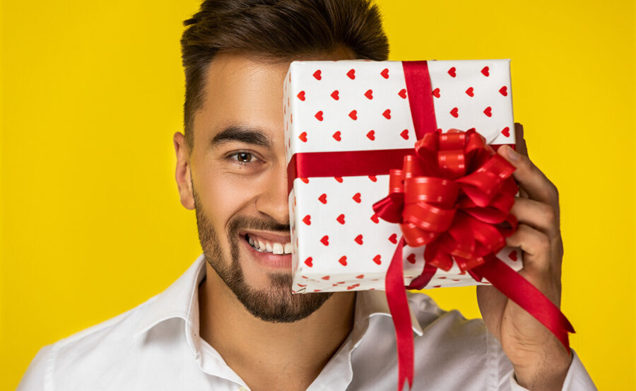 мужчина с подарком