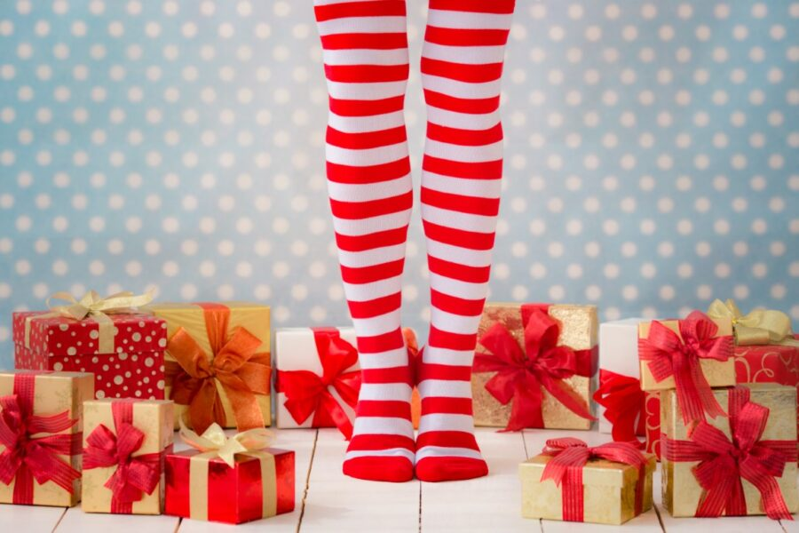 подарки вокруг ног