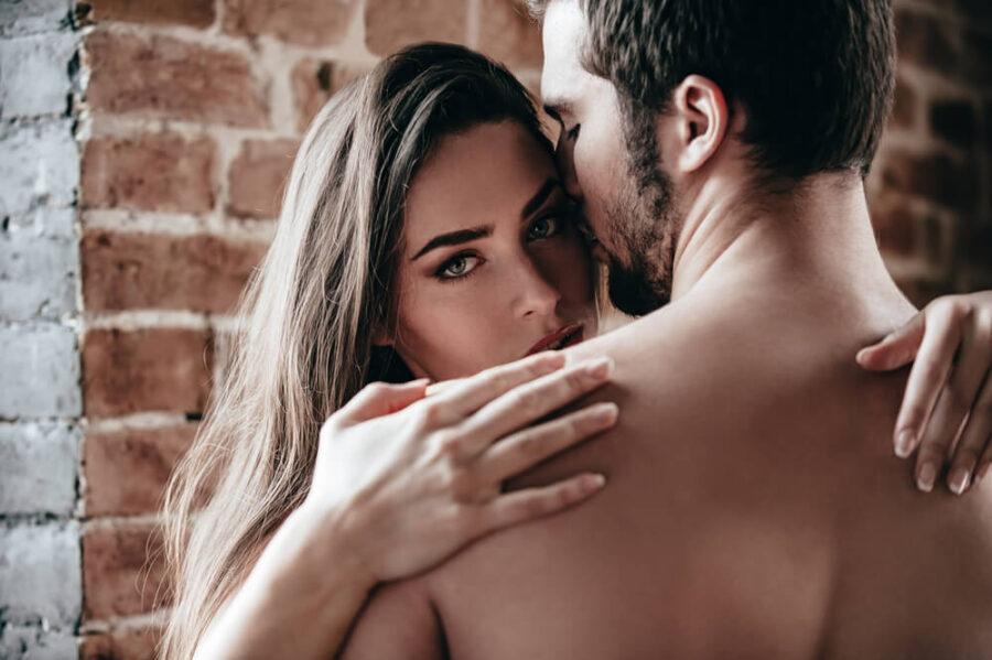 девушка с мужчиной обнимаются