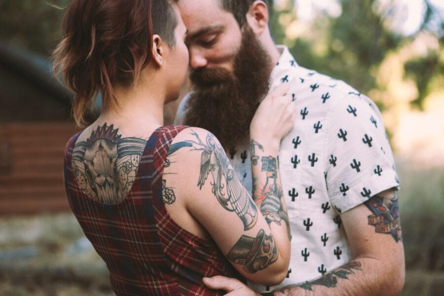 пара с тату обнимается