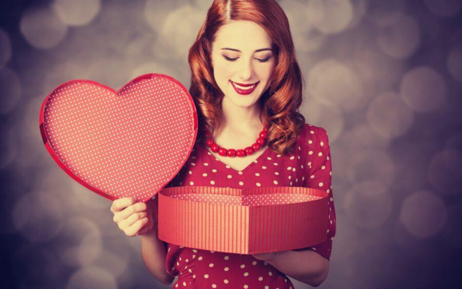 девушка с подарком в виде сердца