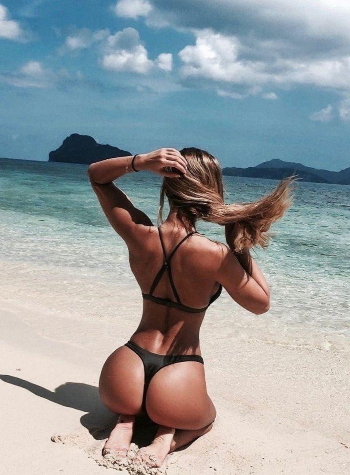 девушка на пляже со спины