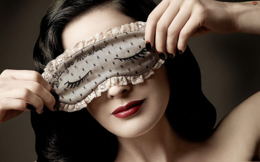 девушка с маской на лице