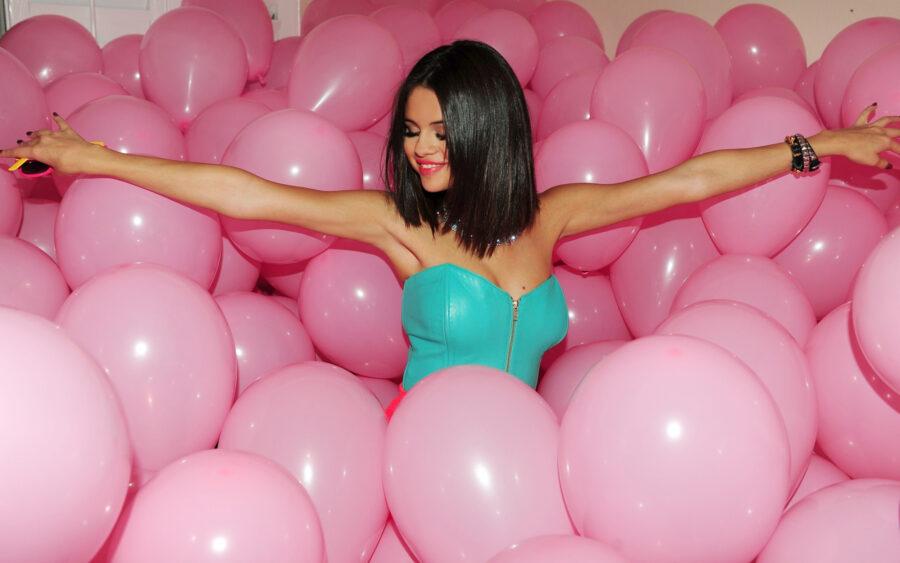 девушка в воздушных шариках