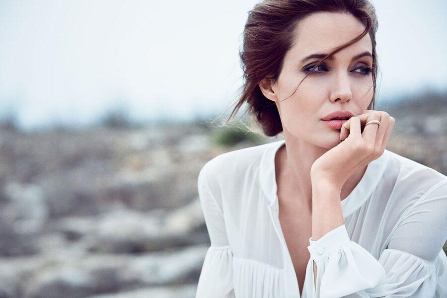 задумчивая Анджелины Джоли