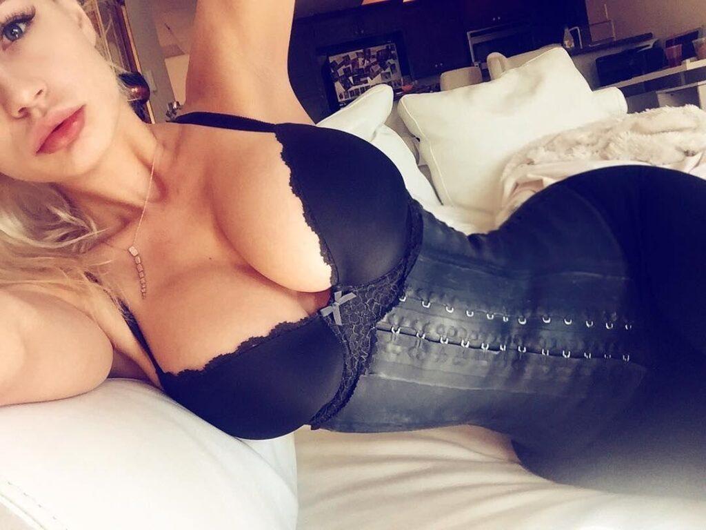 селфи девушки с большой грудью