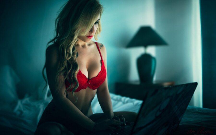 сексуальная девушка за ноутбуком