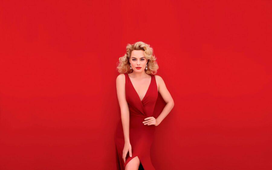 блондинка в красном платье