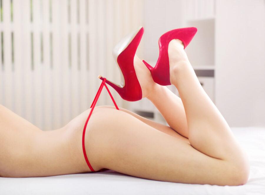 ноги в туфлях и трусики