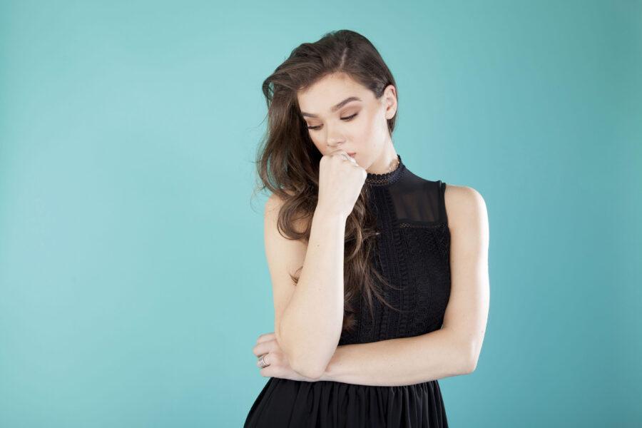 задумчивая девушка в платье