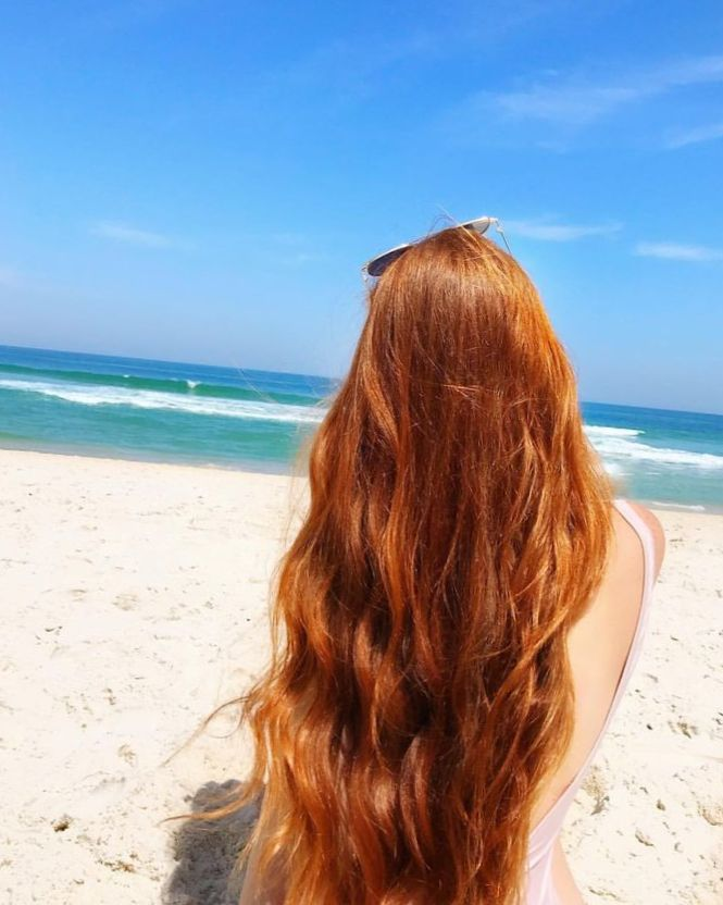 рыжая девушка со спины