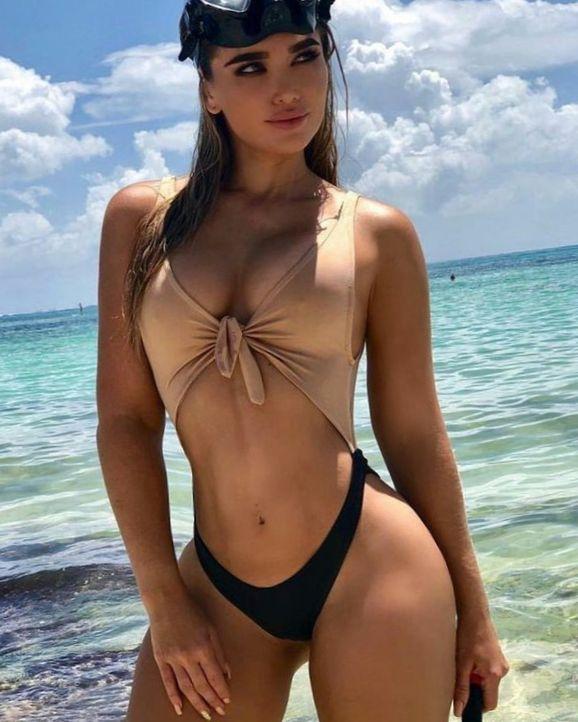 Девушки в купальниках на пляже (89 ФОТО)