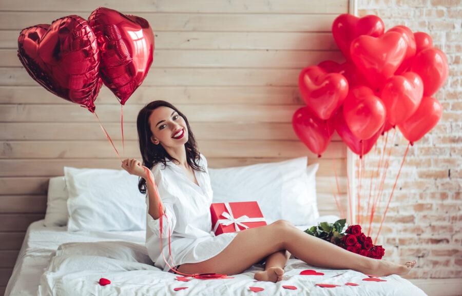 подарки и девушка на кровати