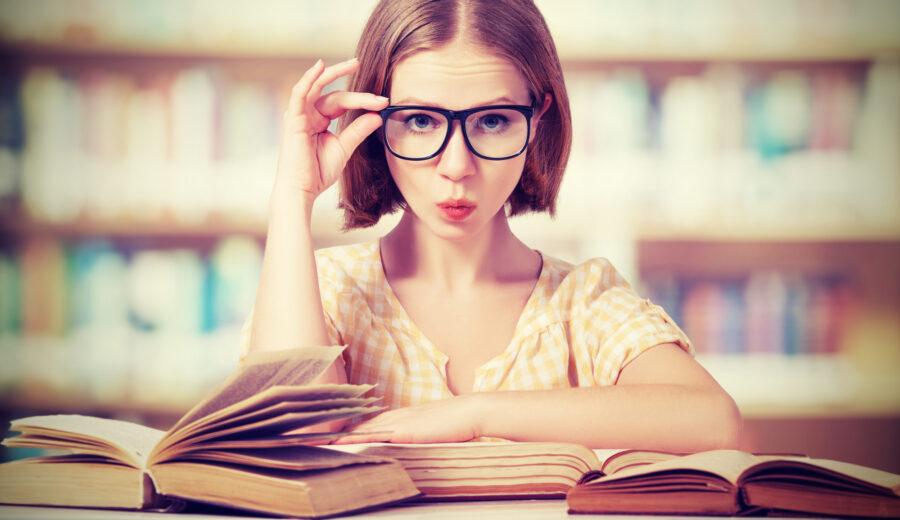 задумчивая девушка в очках
