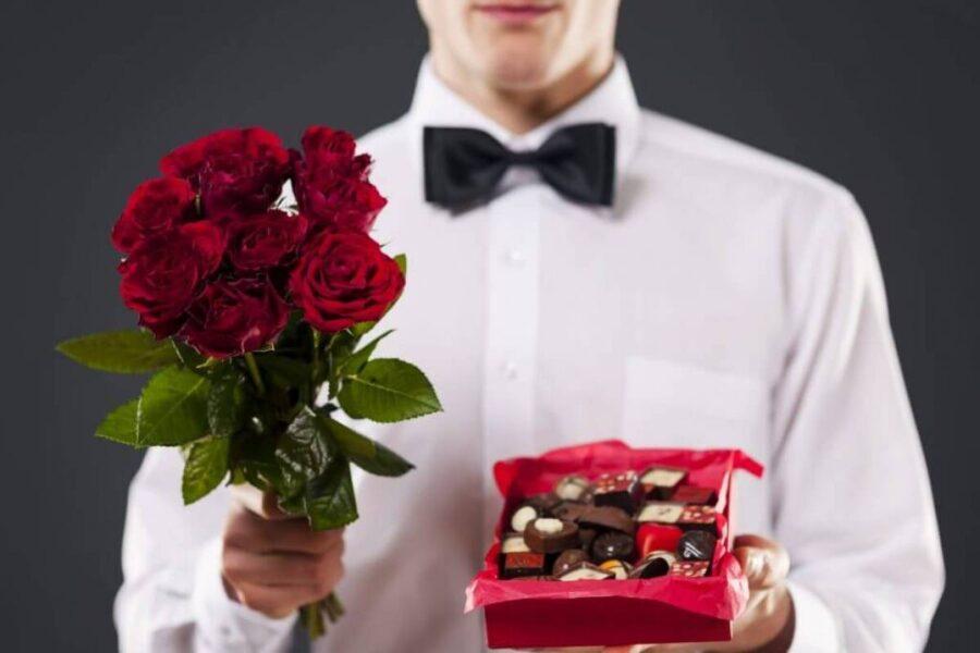 парень с цветами и конфетами