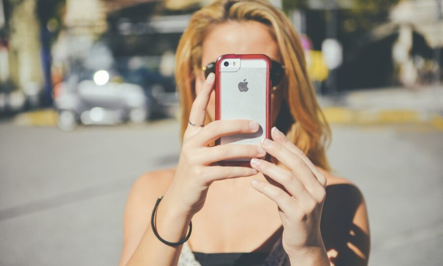 блондинка с телефоном