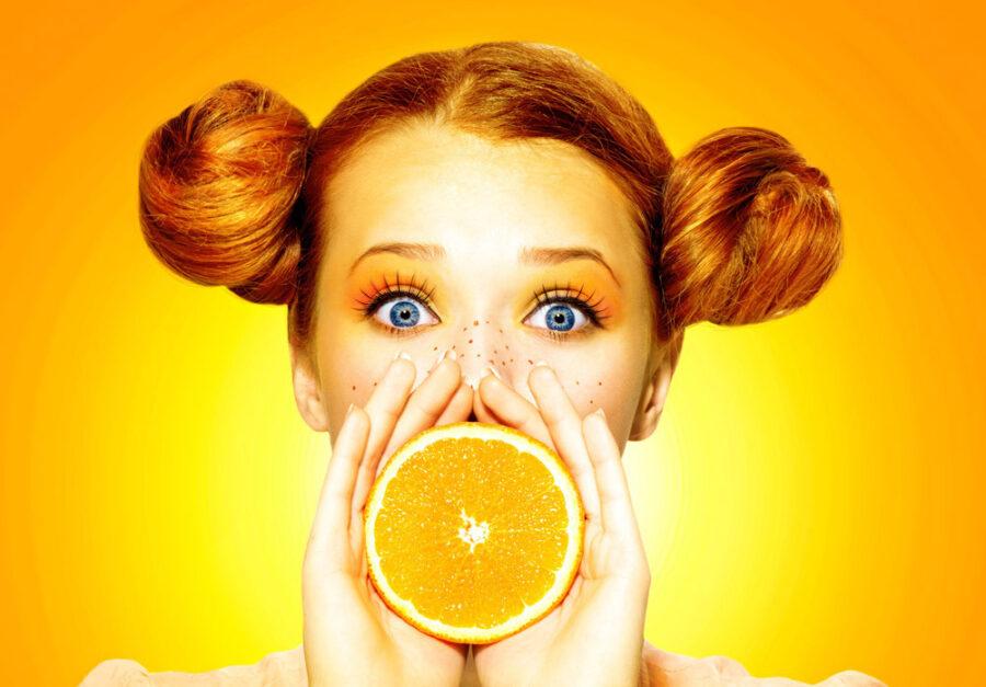 девушка с апельсином у рта