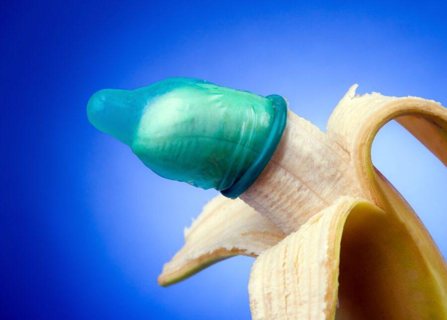 банан с презервативом