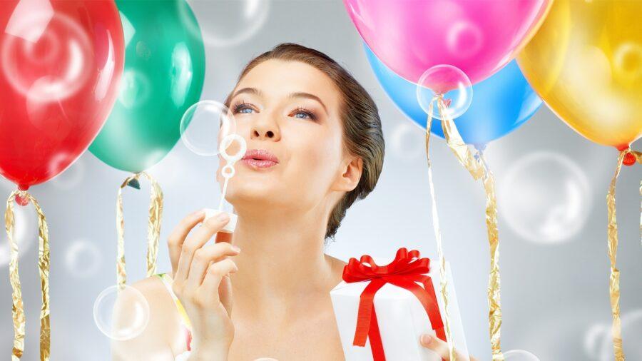 девушка празднует день рождения