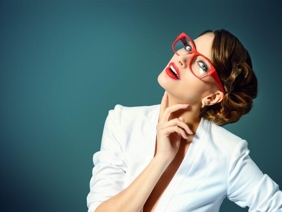 симпатичная девушка в очках