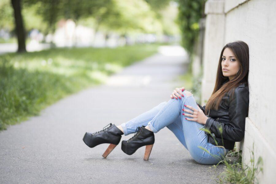 девушка в обтягивающих джинсах