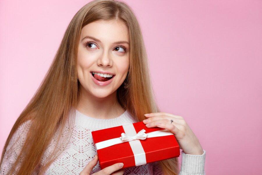 девушка с подарком
