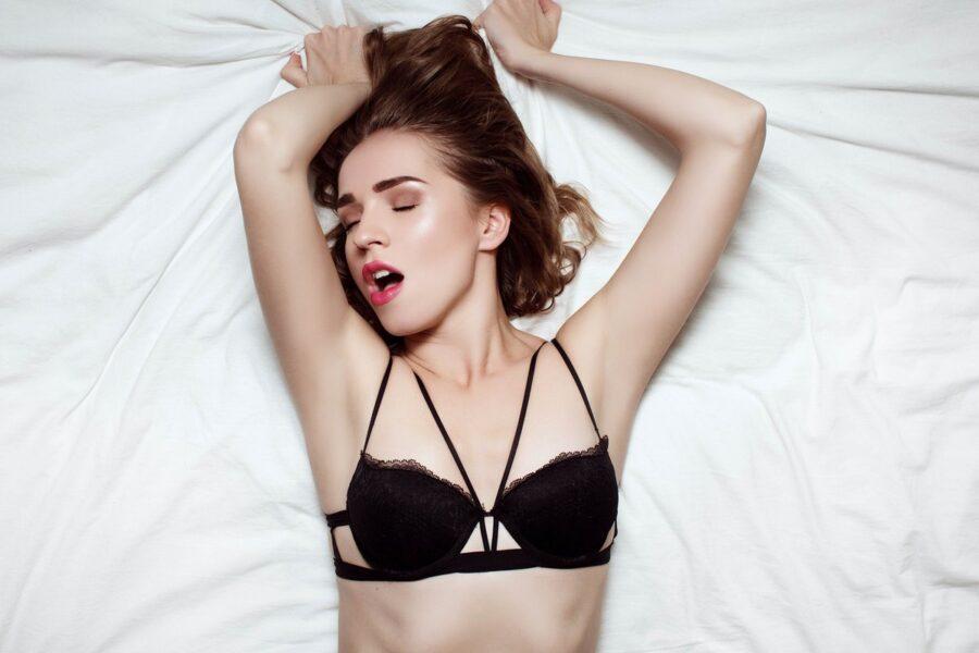 девушка в кровати довольная