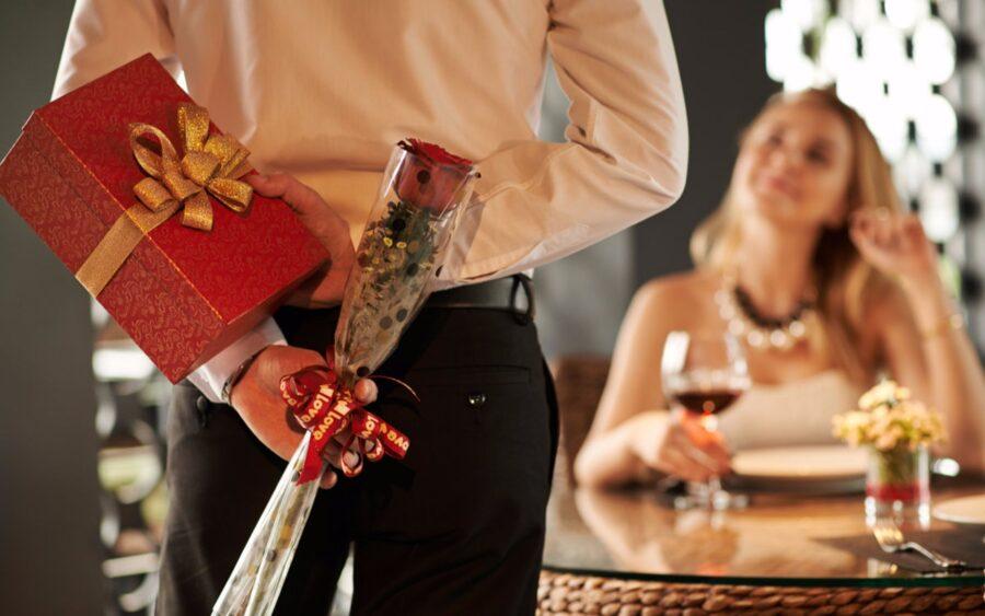 парень дарит подарки девушке