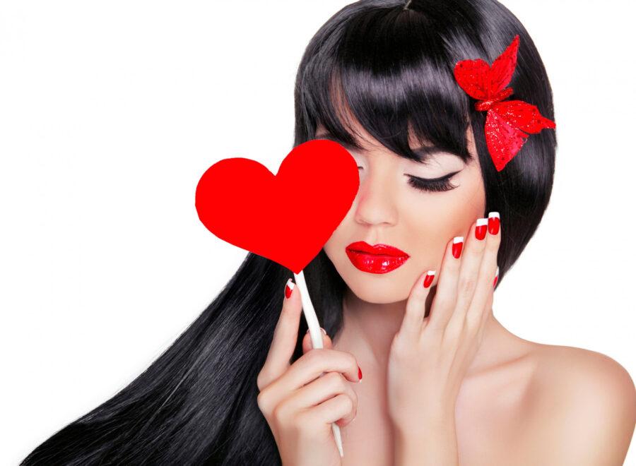 задумчивая девушка с сердечком