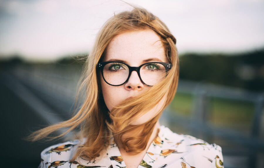зеленоглазая девушка в очках