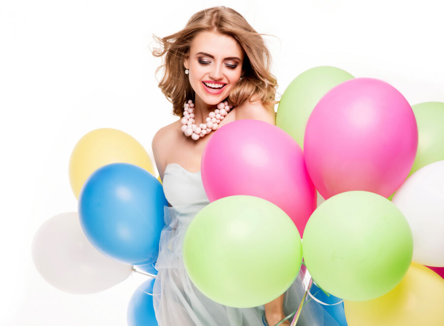 блондинка с шарами