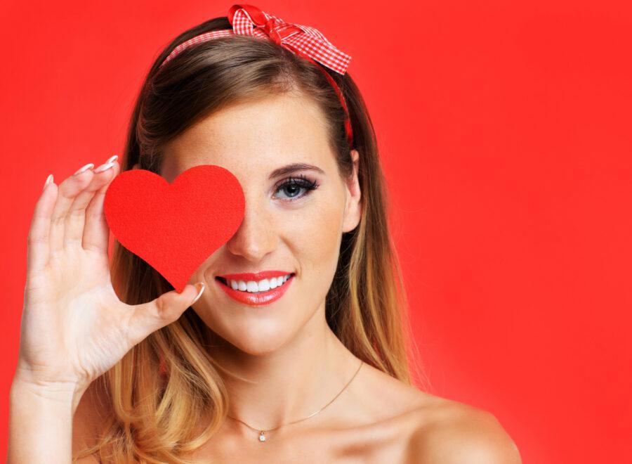 девушка с сердечком
