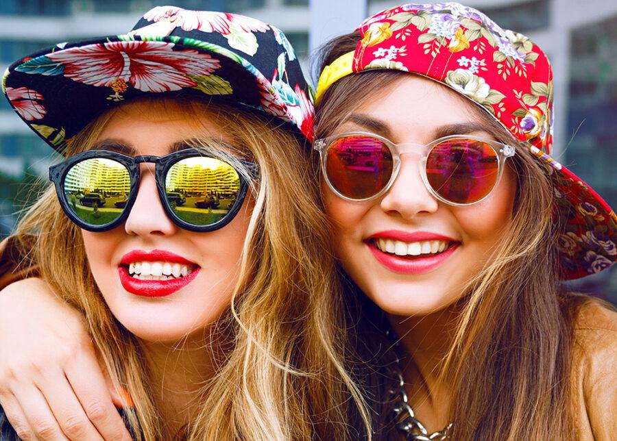 две подруги улыбаются