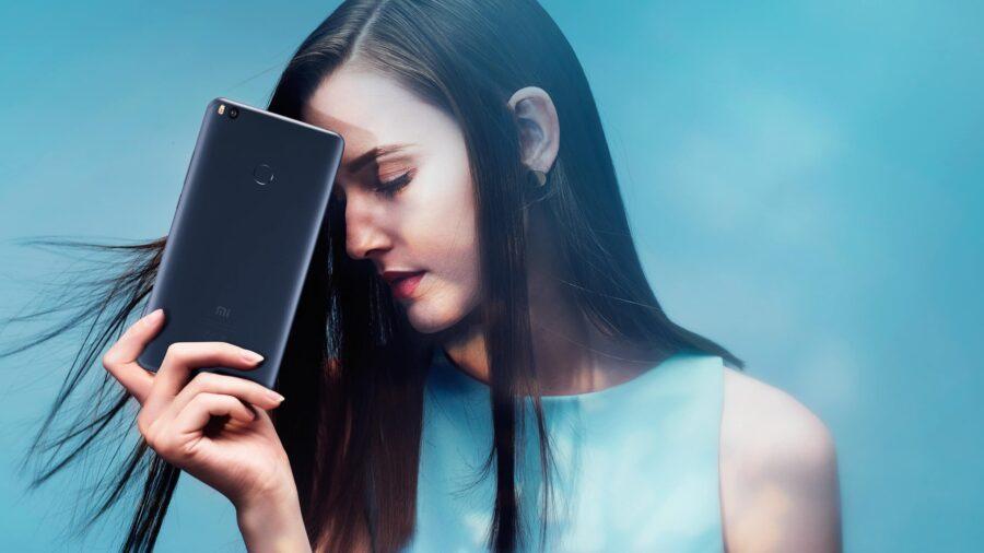 девушка с телефоном грустит