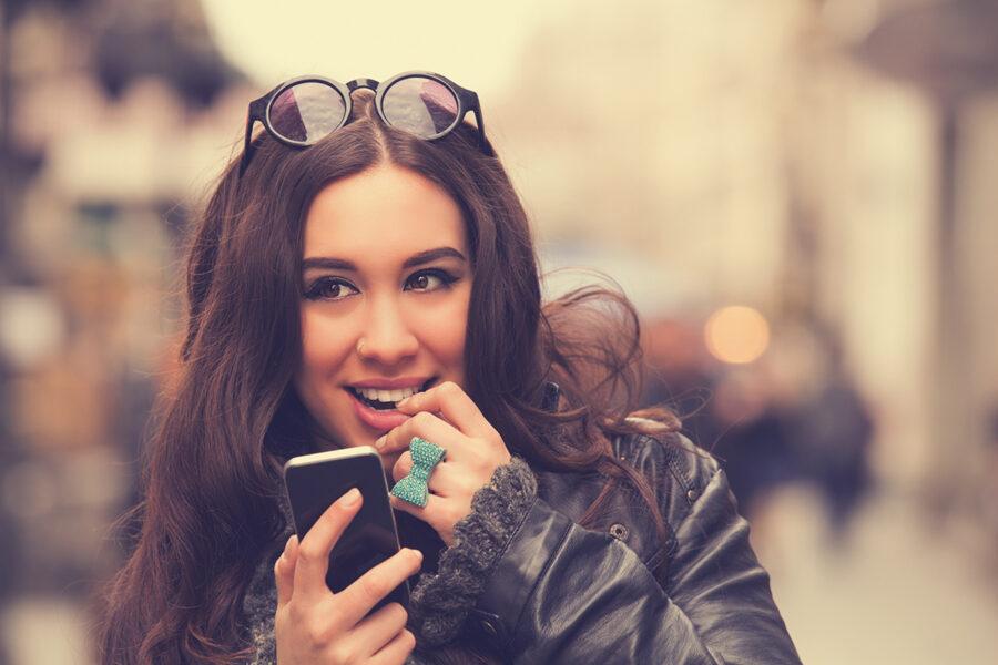 девушка что-то задумала с телефоном